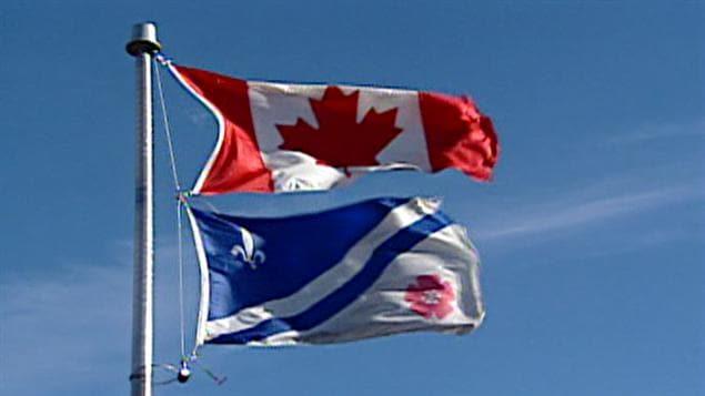 Les drapeaux canadien et franco-albertain