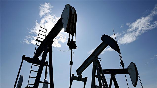 Des puits de pétrole en Alberta.