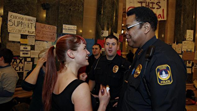 Un policier parle avec une manifestante à Madison, au Wisconsin, le 27 février 2011.