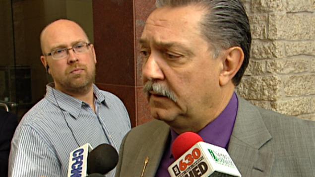 Le ministre albertain Gene Zwozdesky répond aux questions des journalistes
