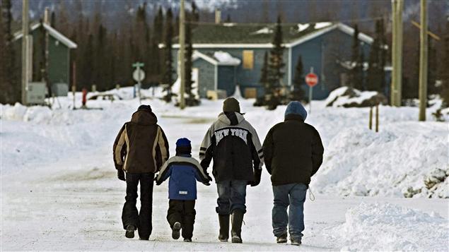 Des membres du village innu de Natuashish, au Labrador. La communauté de Davis Inlet, située à 15 km, y a été réinstallée au cours des années 2000.