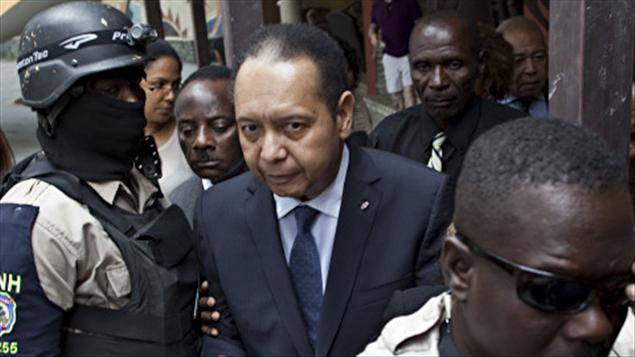 Jean-Claude Duvalier escorté par des policiers, le 18 janvier 2011