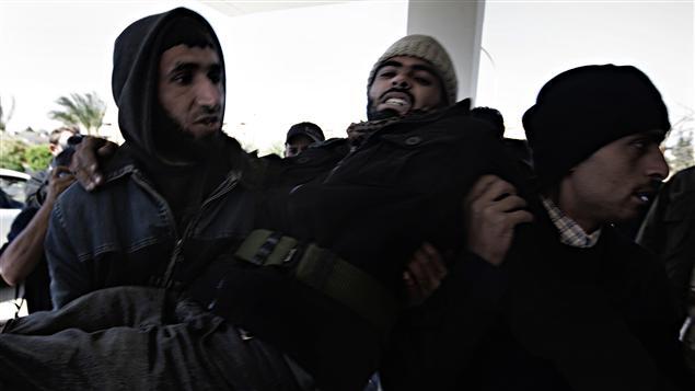 Un insurgé libyen est transporté à l'hôpital de Ras Lanouf.