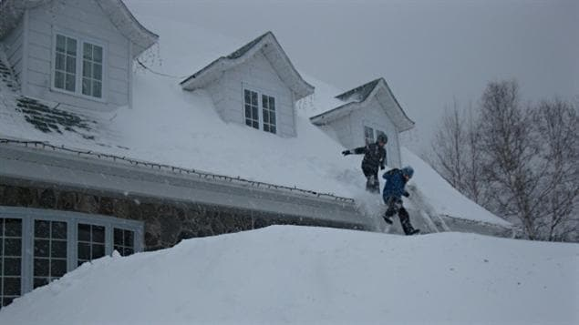 Des enfants s'amusent à sauter d'un toit.