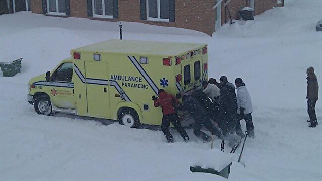 Une ambulance est restée prise dans la neige dans le secteur Rock Forest.