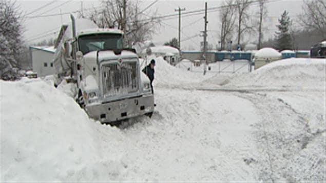 Un camion de ciment coincé dans la neige.