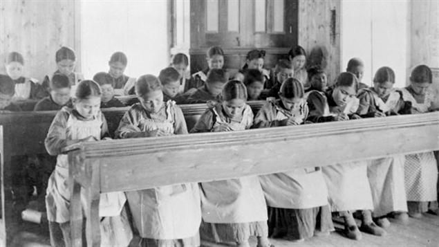 Période d'étude au pensionnat indien catholique de Fort Resolution, dans les Territoires du Nord-Ouest, au début du 20e siècle