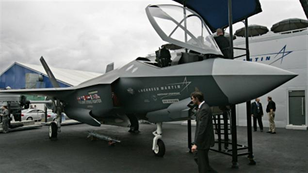 Un chasseur F-35 en démonstration dans une exposition aérienne en Grande-Bretagne.
