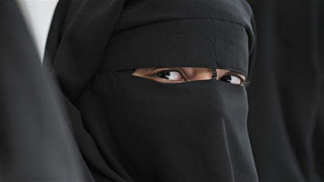 Une femme portant le niqab