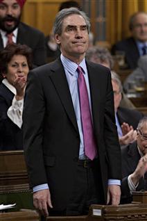 Le chef libéral Michael Ignatieff se levant pour voter en faveur de la motion de censure contre le gouvernement.