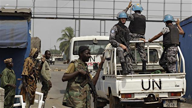 Des casques bleus patrouillent dans les rues d'Abidjan.