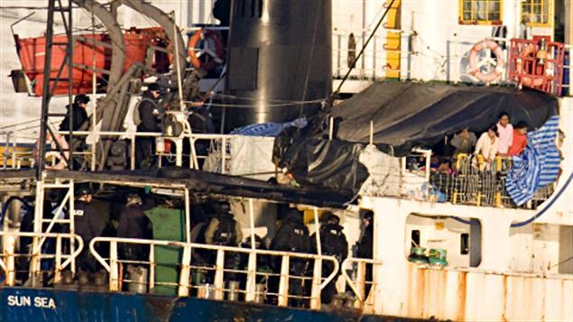 Des Tamouls (en haut à droite) observaient des agents de la GRC montés à bord du MV Sun Sea.