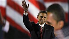 Barack Obama salue la foule après son discours à Grant Park, à Chicago en novembre 2008.