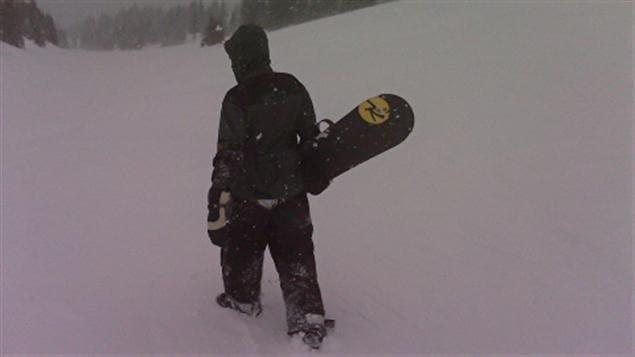 Un surfeur des neiges non identifié sur les pentes de Sunshine.