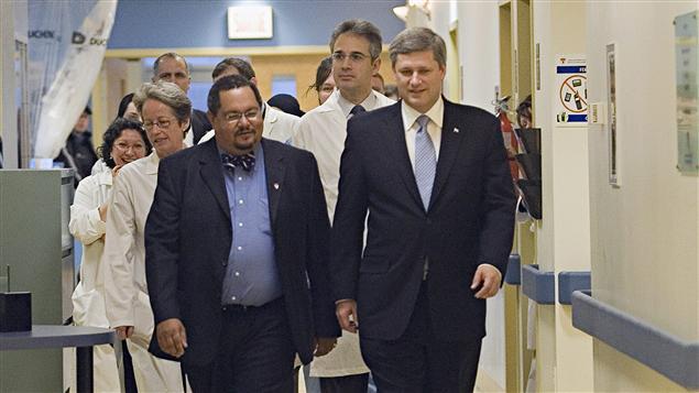 Arthur Porter, à gauche, lors d'une visite du premier ministre Stephen Harper.