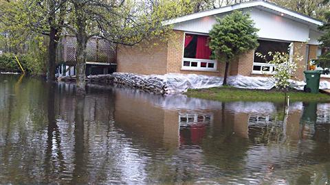 Maison cernée par les eaux