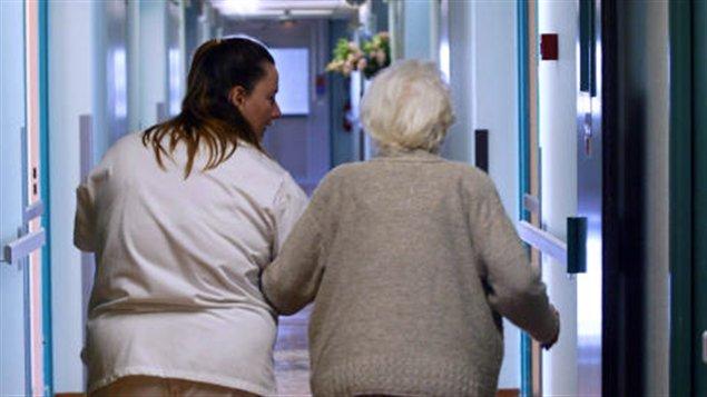 Une personne âgée et son infirmière