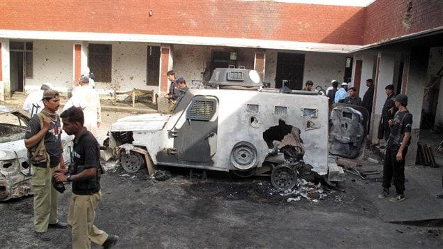 L'épave d'un véhicule blindé devant le poste de police après l'attaque