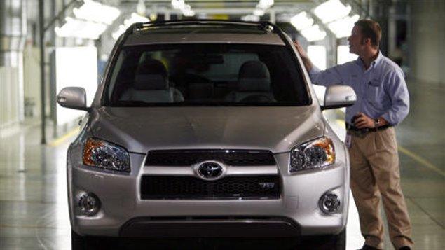 Un employé de Toyota examine un RAV4 fabriqué à l'usine de Woodstock, en Ontario. (archives)