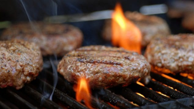 Hamburgers sur le barbecue