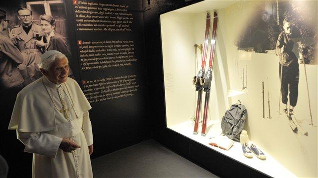Le pape Benoît XVI visite une exposition consacrée au pape John Paul II.