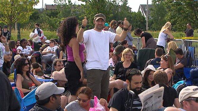 Des admirateurs de U2 qui attendent l'ouverture des portes de l'ancien hippodrome