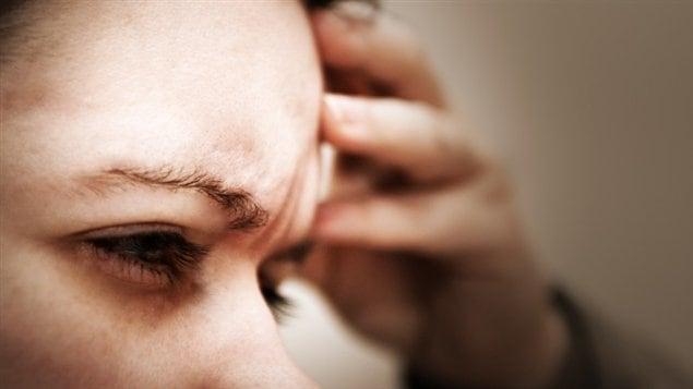 Une femme souffre d'un mal de tête.