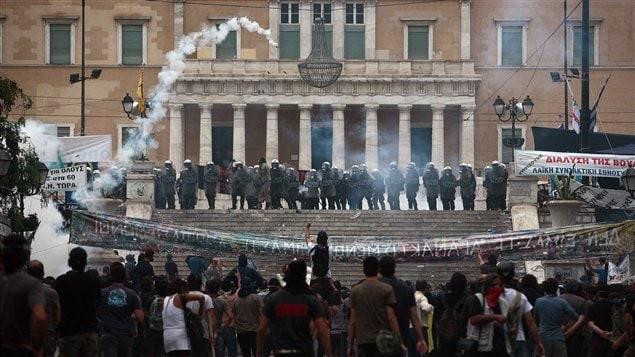 Affrontements entre manifestants et policiers devant le parlement grec à Athènes