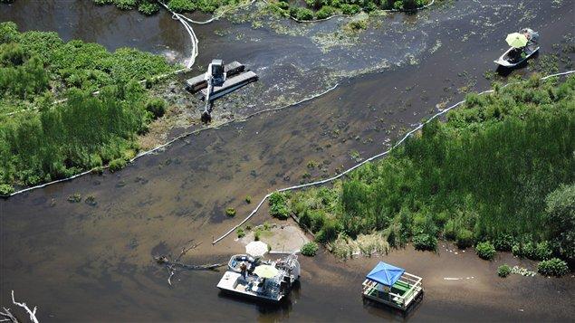 Les travaux de nettoyage sur la rivière Kalamazoo, au Michigan, le 13 juillet 2011.