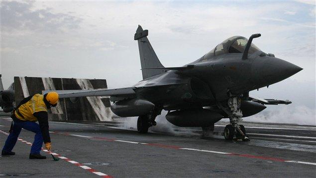 Décollage d'un Rafale français du porte-avions Charles-de-Gaulle
