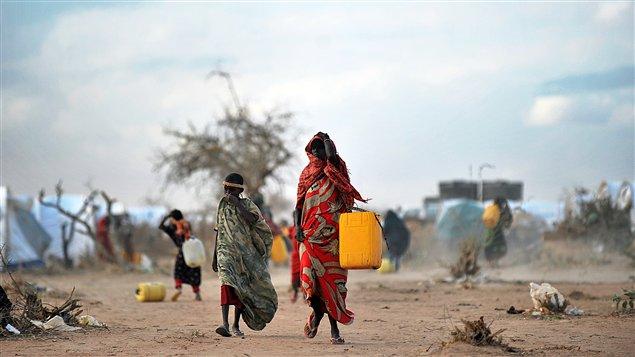Une femme et un enfant du camp de réfugiés somaliens de Dadaab, au Kenya, vont chercher de l'eau.