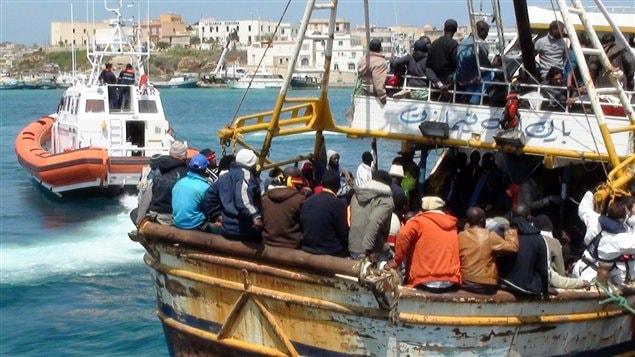 Des réfugiés entassés sur un navire en avril dernier au port de Lampedusa.
