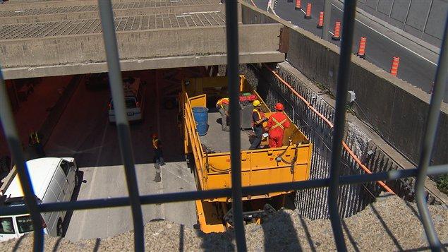 Des ouvriers dans le tunnel Viger