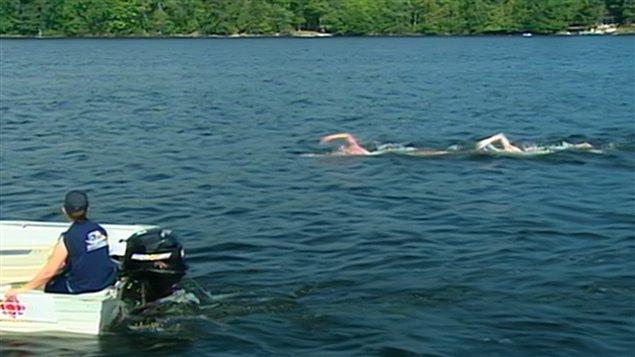 Les nageurs effectuent une traversée de 34 kilomètres.