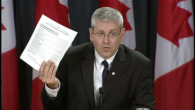 Charlie Angus exhibe le formulaire utilisé par les municipalités pour solliciter des fonds par l'entremise du bureau de circonscription du ministre Clement.