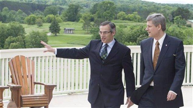 Tony Clement et Stephen Harper lors d'une annonce préalable au sommet du G8, en juin 2010, à Huntsville.