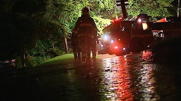 Des fils électriques tombés sur une maison ont causé un début d'incendie à Sainte-Foy, près de Québec.