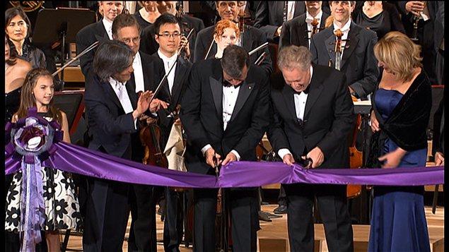 Le premier ministre Jean Charest et Lucien Bouchard coupent le ruban lors de l'inauguration de la nouvelle salle de concert de l'OSM.