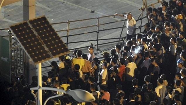 Des villageois manifestent contre une usine de fabrication de panneaux solaires à Haining, dans l'est de la Chine, le 17 septembre 2011.