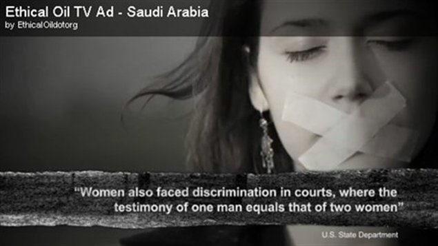 La publicité d'Ethical Oil critique le traitement de l'Arabie saoudite envers les femmes et soutient que les Canadiens devraient acheter du pétrole « éthique » venant de « d'autres démocraties libérales ».