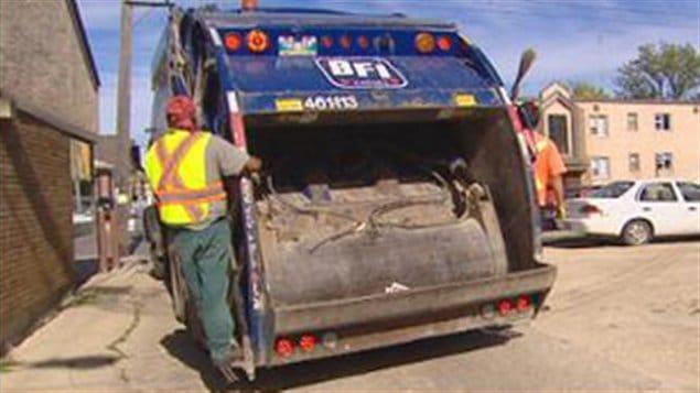 Un camion de ramassage des ordures.