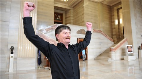 Dean Wilson, un ancien usager d'Insite, se réjouit du jugement de la Cour suprême.