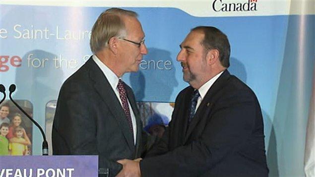 Le maire de Montréal, Gérald Tremblay, serre la main au ministre fédéral des Transports, Denis Lebel.