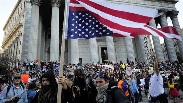 Des milliers de personnes manifestent près de Wall Street, le 5 octobre 2011.