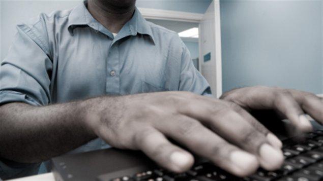 Un homme utilise un ordinateur
