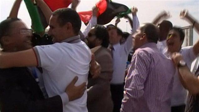 Des Libyens célèbrent dans la rue, le 20 octobre