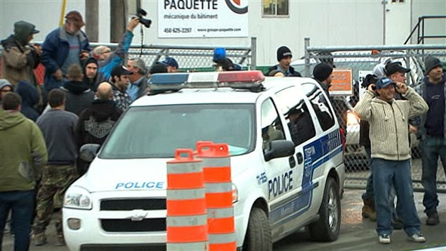 Travailleurs à la sortie d'un chantier à Montréal