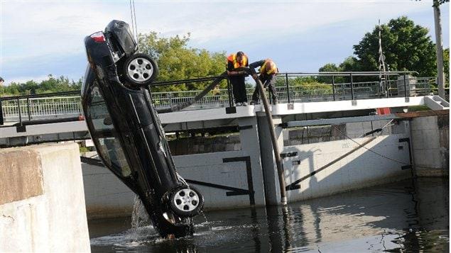 Les corps des trois filles du couple Shafia-Yahya - Zainab, Sahar et Geeti - et de la première épouse de M. Shafia, Rona Amir Mohammad, ont été retrouvés dans cette voiture, submergée dans les écluses de Kingston Mills, le 30 juin 2009
