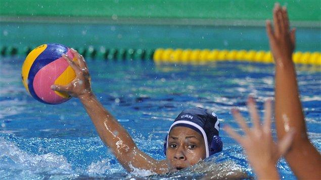 Krystina Alogbo de l'équipe canadienne de water-polo