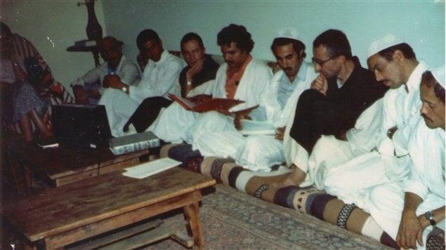 Photo datant des années 80 lors des rencontres de Ribat essalem au monastère de Tibhirine, où on voit le prieur Christian de Chergé (3e à partir de la droite)